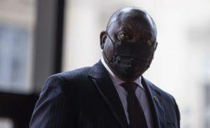 Covid-19: África do Sul ajusta confinamento para conter terceira vaga da pandemia