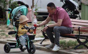 China aumenta limite de dois para três filhos por casal