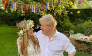 Mulher de Boris Johnson usa vestido de noiva milionário que alugou por 52 euros