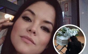 Angélica Jordão encontra urna da filha à venda para