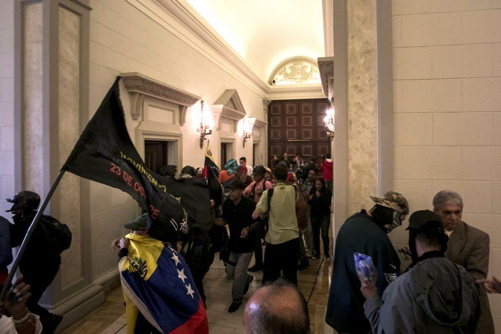 Venezuela aprova decreto para saber se Maduro deve continuar na Presidência