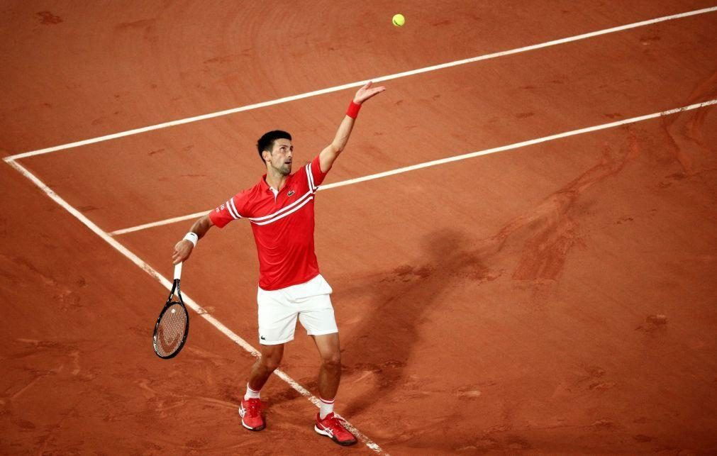 Novak Djokovic apura-se para a terceira ronda de Roland Garros
