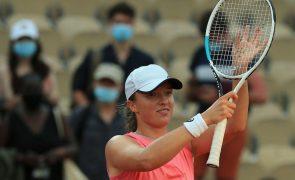 Swiatek prossegue defesa do título com triunfo sobre Peterson de Roland Garros