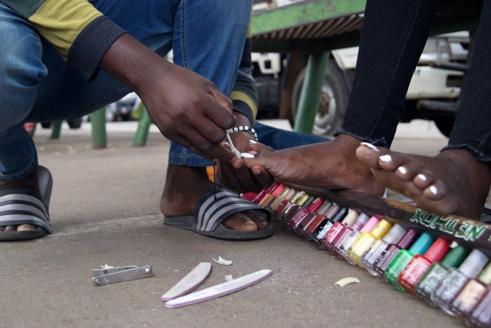 REPORTAGEM: Pintar unhas nas ruas de Maputo para