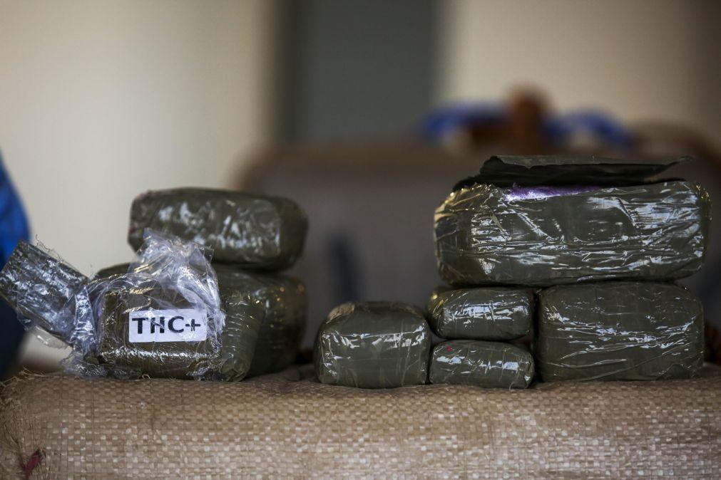 Homem detido e 30 fardos de haxixe apreendidos em águas internacionais