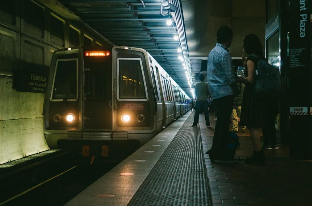 Mulher faz amigo no comboio na linha de Sintra e acaba violada