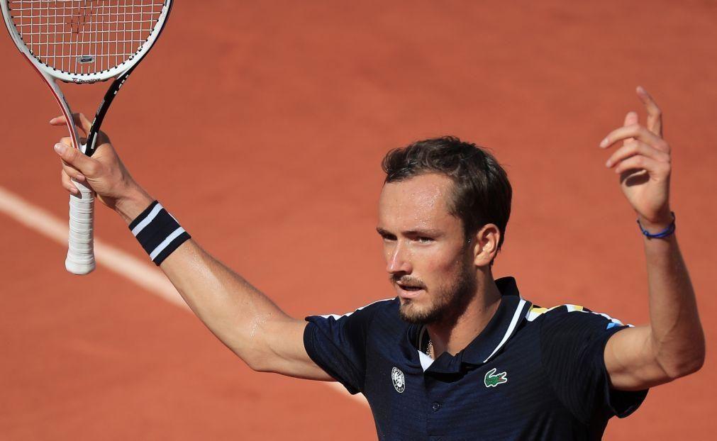 Medvedev vence e vai defrontar Tsitsipas nos quartos de final de Roland Garros