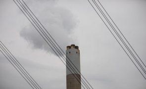 Mercado do carbono permitiu a empresas poluidoras da UE ganharem 50 mil ME - relatório