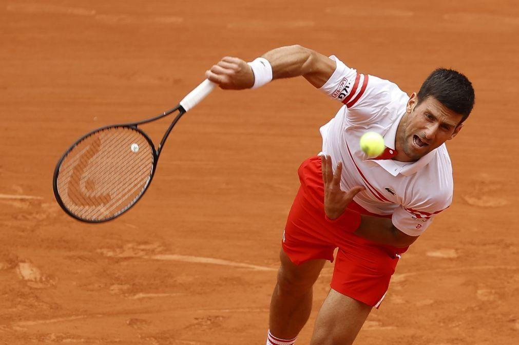 Roland Garros: Djokovic passa por dificuldades, mas segue Nadal até aos quartos