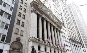 Wall Street fecha sem rumo mas com variações modestas perto de níveis recordes
