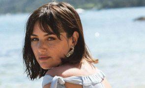 Helena Coelho mostra-se em topless