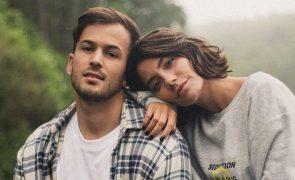 """David Carreira tira foto com """"crush"""" da namorada. Saiba quem é"""