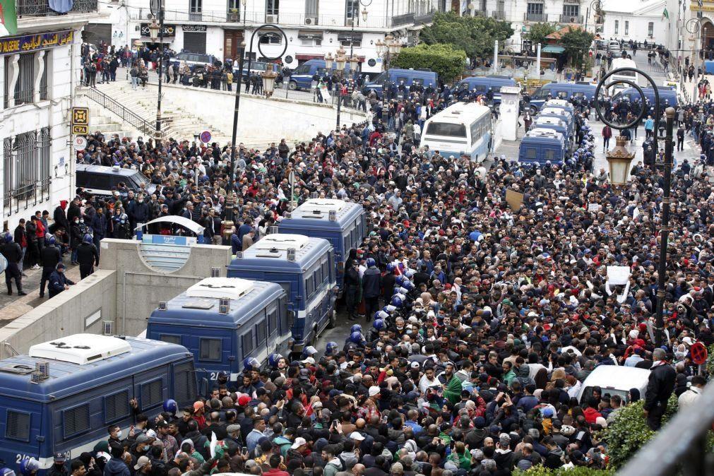Argélia: Libertados três ativistas de um movimento de protesto