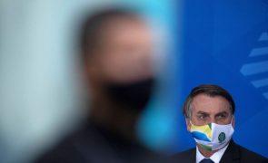 Bolsonaro age para partidarizar e quebrar espinha das Forças Armadas no Brasil , dizem analistas