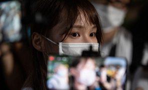 Libertada ativista pró-democracia em Hong Kong