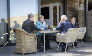 G7: Merkel saúda