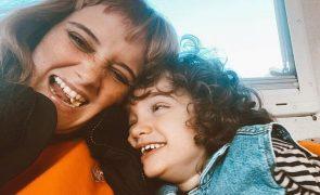 Carolina Deslandes Emocionada com gesto raro do filho com autismo (vídeo)