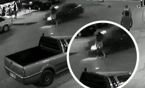 Bebé arremessada para a rua após atropelamento da mãe [vídeo]