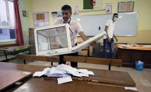 Partido no poder vence legislativas na Argélia com abstenção recorde de 77%