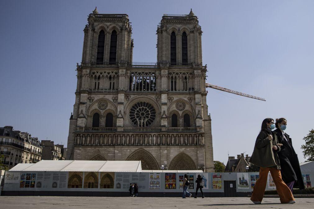 Covid-19: França acaba com máscara no exterior e com recolher obrigatório
