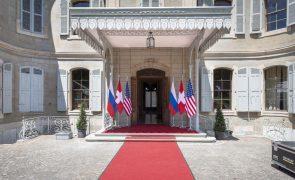 Tensão entre repórteres dos EUA e Rússia no início da cimeira Biden-Putin