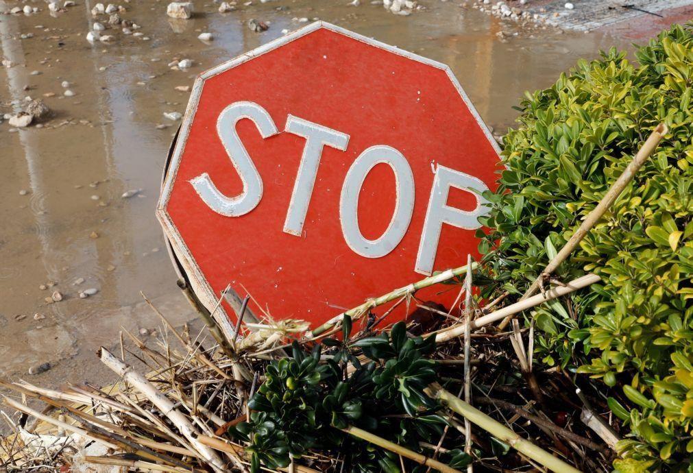 Chuva e granizo inundam casas e cortam estrada em Montalegre