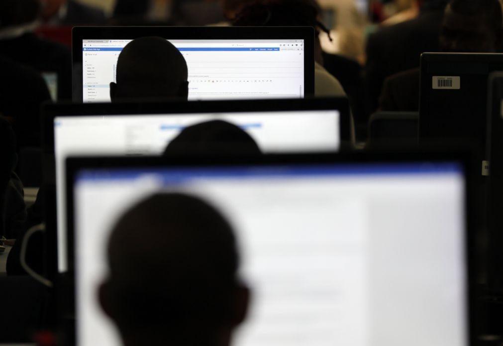 Onda de breves interrupções da Internet atinge sites e aplicações em todo o mundo
