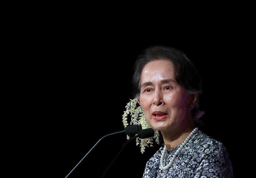 Myanmar: Birmaneses com flores nas ruas para lembrar líder deposta pelos militares