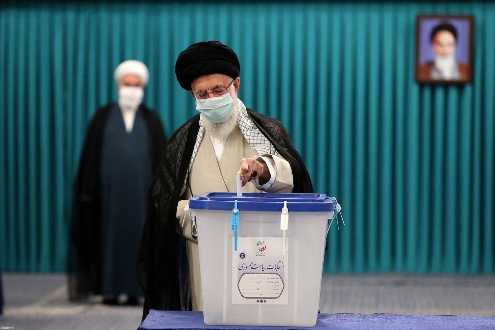 Ali Khamenei diz que eleições no Irão são vitória sobre a