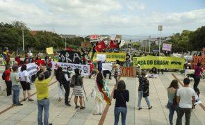 Protesto contra Bolsonaro junta uma centena em Lisboa a gritar