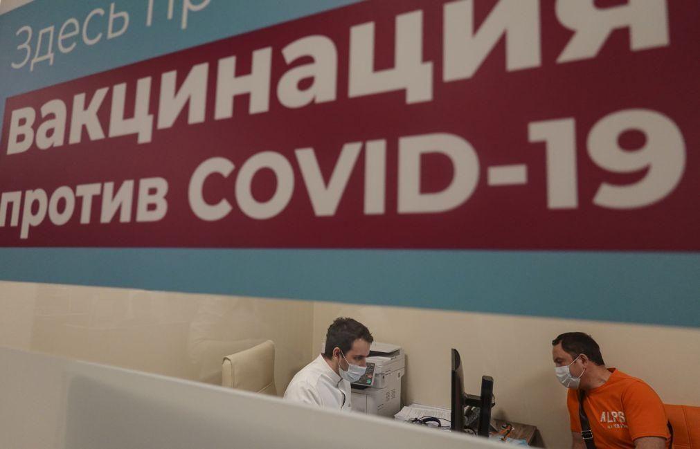 Funcionários russos que recusem vacina com licença sem vencimento