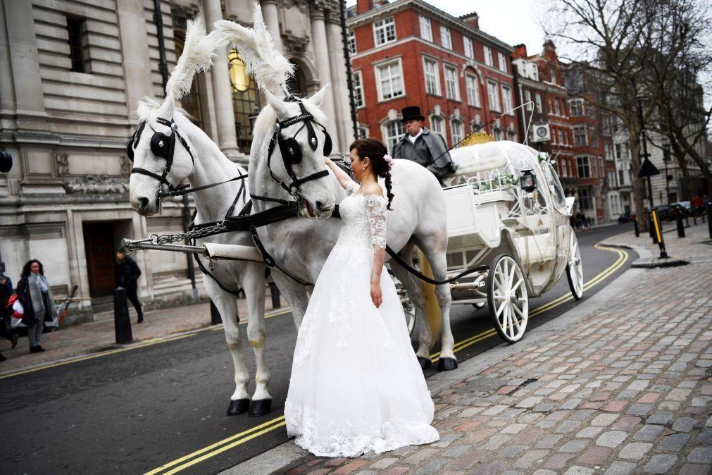 Covid-19: Casamentos civis autorizados ao ar livre em Inglaterra e País de Gales