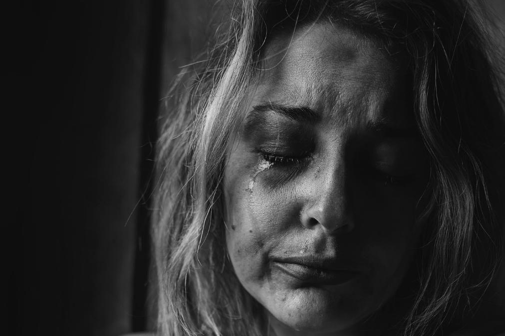Apedreja ex-mulher, tenta incendiar-lhe a casa e é detido por violência doméstica