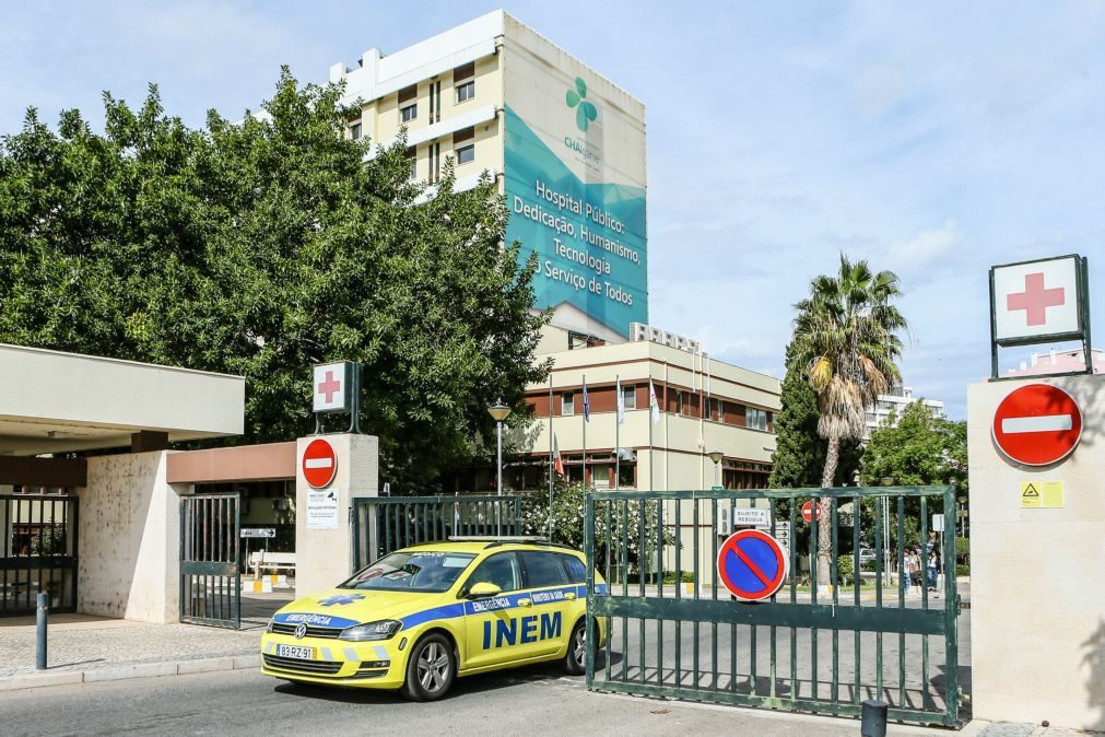 Idosa internada no hospital de Faro morreu neste sábado após surto de covid-19 em lar