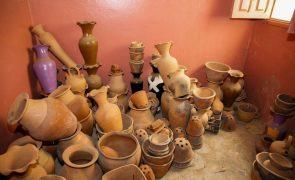 Oleiras em Cabo Verde passam vida a moldar o barro mas veem profissão em risco