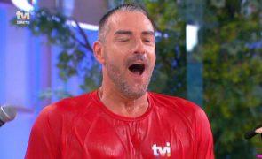 Cláudio Ramos mergulha em banheira de gelo em direto