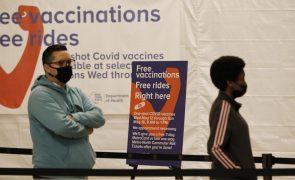 Covid-19: Objetivo de vacinação fixado por Biden aquém do anunciado