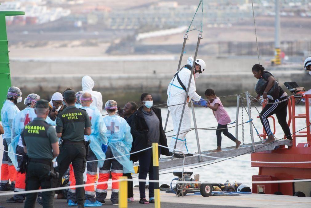 Seis crianças entre 108 migrantes africanos resgatados em Fuerteventura, Espanha