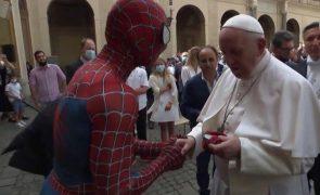 Homem-Aranha que surpreendeu o Papa Francisco tem