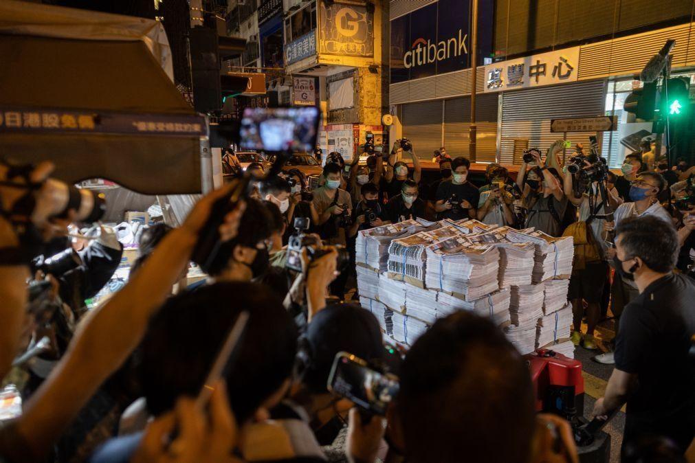 Última edição do jornal Apple Daily de Hong Kong esgota às primeiras horas da manhã