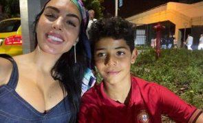 Que aparato! Namorada e filho de Cristiano Ronaldo rodeados de seguranças no jogo de Portugal