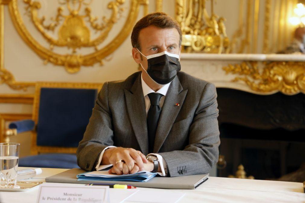 Covid-19: Macron quer coordenação na UE sobre fronteiras e reconhecimento de vacinas