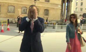 Ministro da Saúde britânico admite ter violado distanciamento em relação adultera