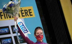 Demi Vollering vence La Course da Volta a França ao 'sprint'
