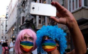 Polícia dispersa centenas de pessoas em marcha do orgulho LGBTI de Istambul