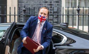 Covid-19: Demite-se ministro da Saúde britânico por incumprimento de regras de distância