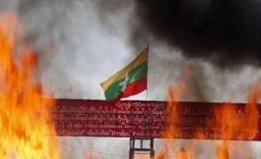 Myanmar: Pelo menos 64 pessoas condenadas à morte desde golpe militar de fevereiro