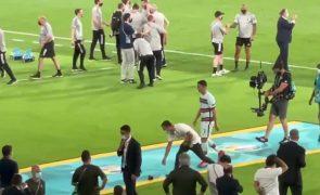 Cristiano Ronaldo apanhado aos pontapés à braçadeira de capitão [vídeo]