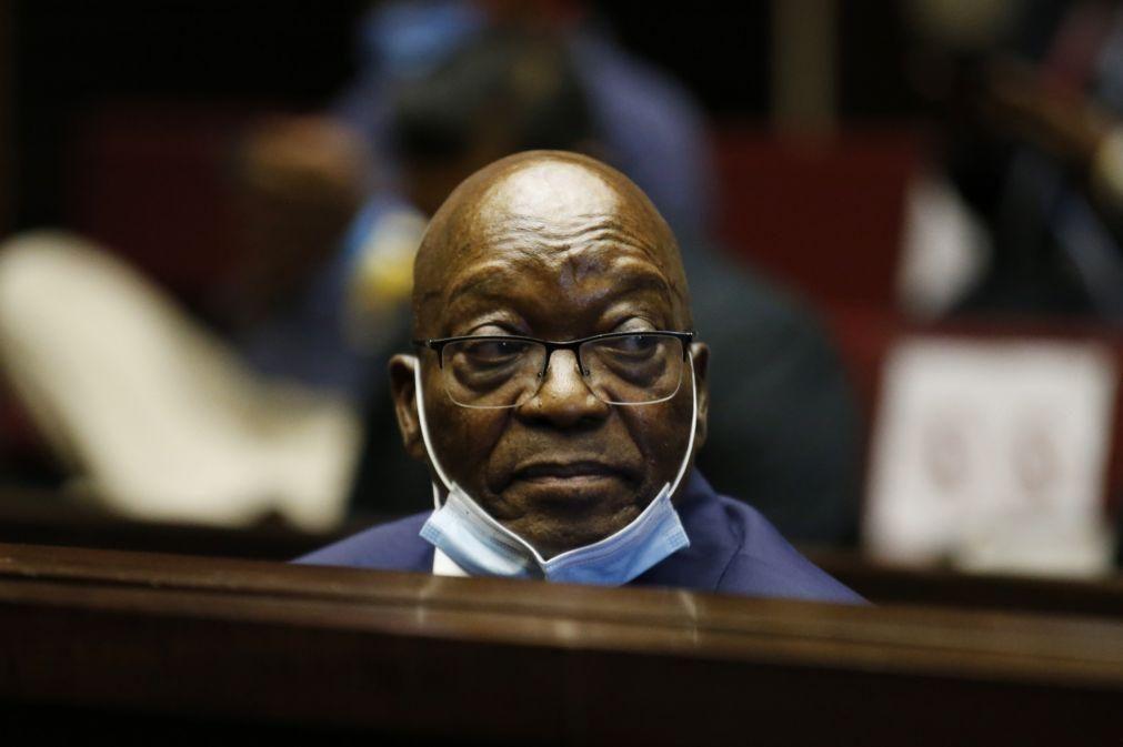 Ex-PR da África do Sul Jacob Zuma condenado a 15 meses de prisão