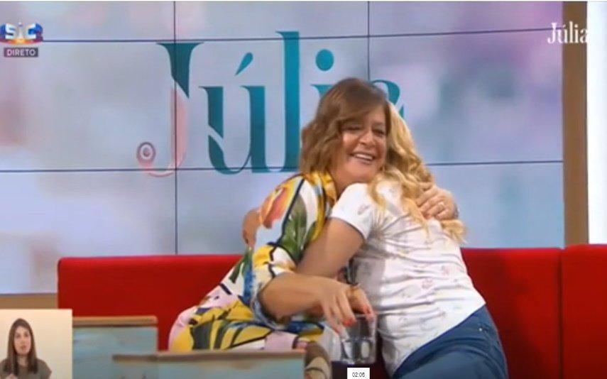 Convidada abraça Júlia Pinheiro após receber ajuda em direto: «A chorar de alegria»